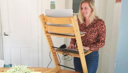 Creatief thuiswerken: hoe een kussen of kinderstoel je rug kan redden!